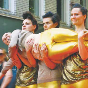 Straßen Performance Bauchladen Monopol: Giselles Index oder Plakat Taten